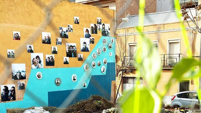 Fotos de vecinos, en el solar donde se ubica la Huerta de Tetuán
