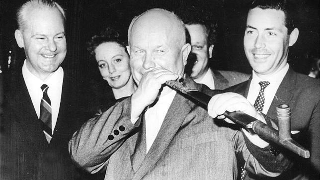 Kruschev, fumando en pipa en 1960