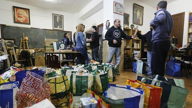 IU recupera el Socorro Rojo: comida a cambio de compromiso político