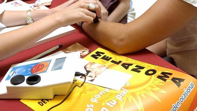 Cada año aumentan un 10% los casos de melanoma en España
