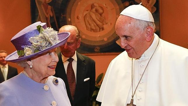 La reina de Inglaterra hace esperar 15 minutos al Papa Francisco en su primer encuentro en el Vaticano