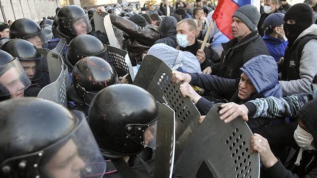 Activistas prorrusos asaltan edificios estatales en el este de Ucrania