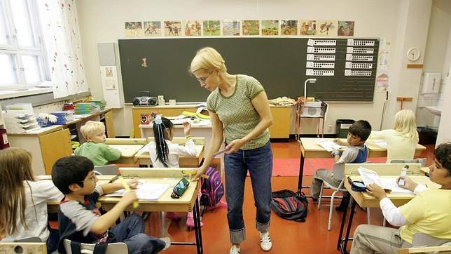 Una maestra entre reglas a sus alumnos de segundo curso de Primaria en una escuela en Vaasa (Finlandia).