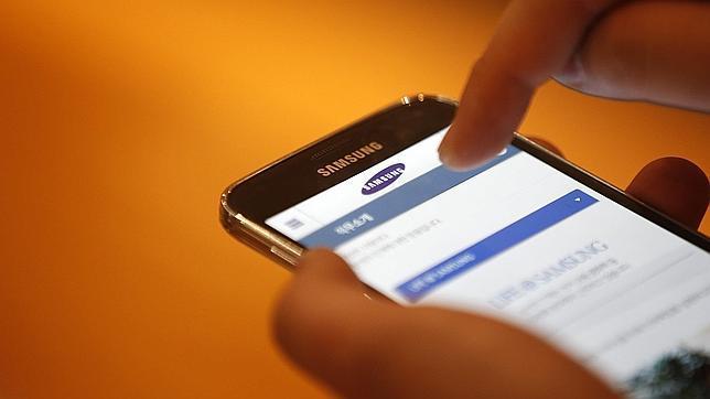 Un usuario muestra el nuevo Samsung Galaxy S5