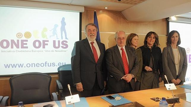 """Jaime Mayor Oreja, junto a representantes de diferentes asociaciones pro vida, durante una presentación de la iniciativa """"Uno de nosotros"""" en Madrid"""