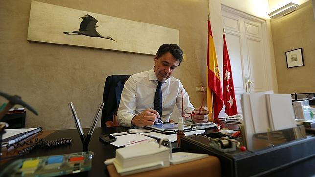 El presidente de la Comunidad de Madrid en su despacho