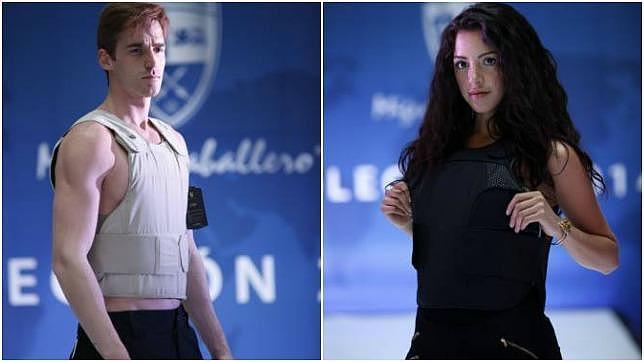 Dos modelos presentan varios diseños de chalecos antibalas de la firma Miguel Caballero