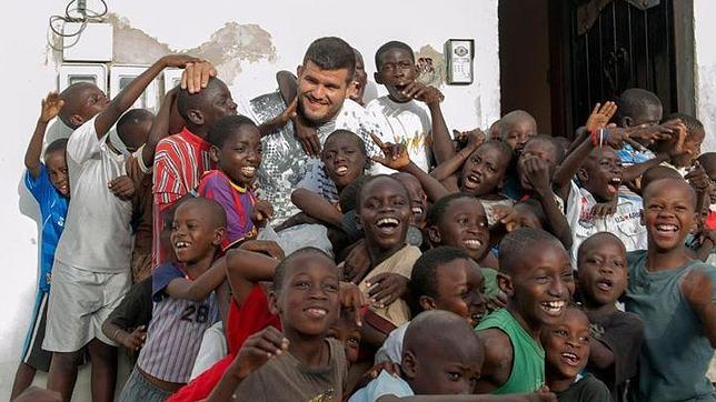 Juan Francisco Espino Dieppa, «Trota», en Senegal rodeado de niños