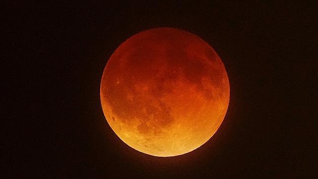 La primera luna de sangre deslumbra a medio mundo