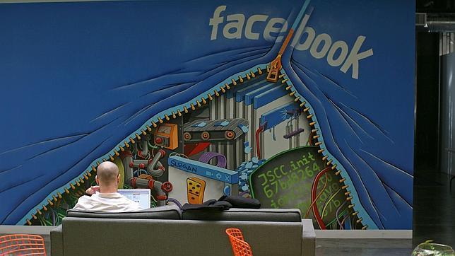 Un hombre trabaja en su ordenador en la sede de Facebook en Menlo Park,