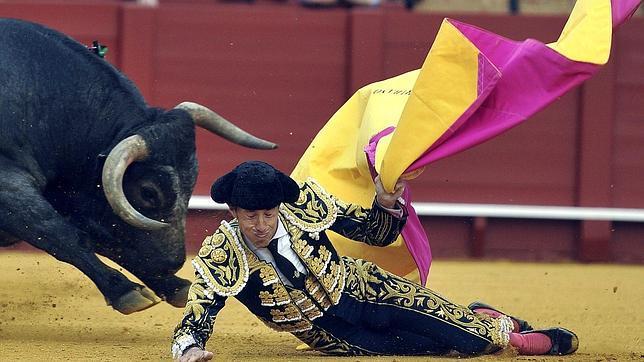 Escribano y Luque solventan las dificultades de los miuras en Sevilla