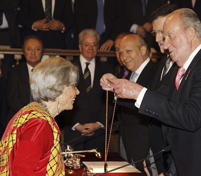 El Rey reconoce el compromiso de Poniatowska al dar voz a los desfavorecidos