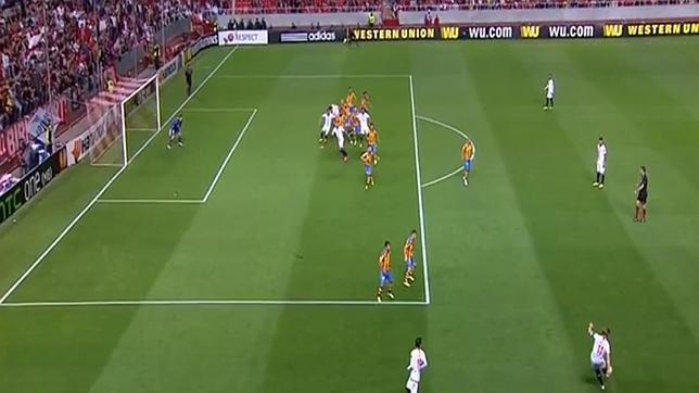 Claro fuera de juego en el primer gol del sevilla for Balon fuera de juego