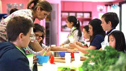 Un centro de ocio enseña a los niños a luchar contra la obesidad desde la cocina