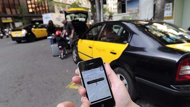 Un usuario consulta la aplicación Uber en Barcelona