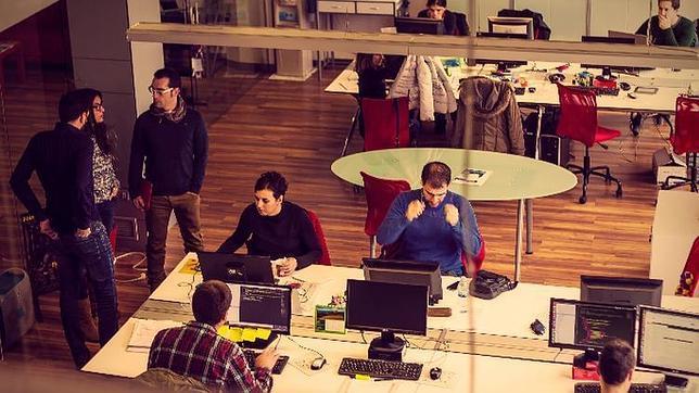 Javier Echaleku con su equipo de trabajo en la consultoría de ecommerce Kuombo