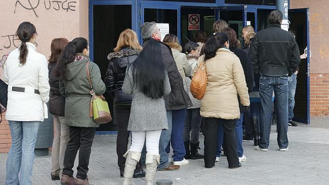 ¿Por qué sube la tasa de desempleo si baja la cifra de parados?