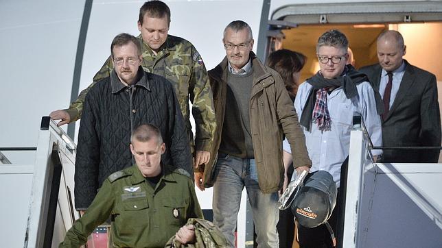 Los observadores a su llegada a Berlín, tras permanecer reteinos por fuerzas prorrusas en Ucrania