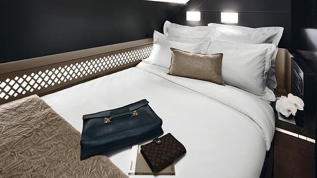 El avión de pasajeros más lujoso: una suite con cama, baño y mayordomo