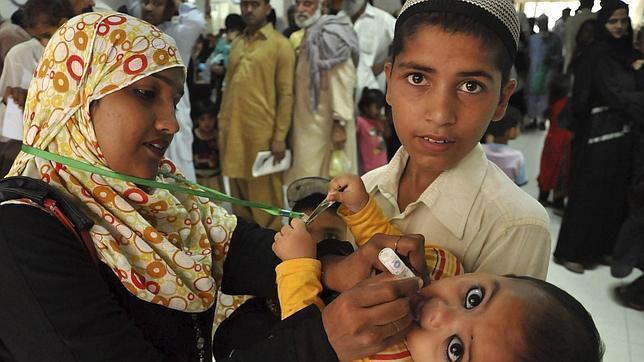 Un niño es vacunado contra la polio durante una campaña nacional de vacunación en Karachi (Pakistán)