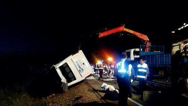Fallecen cinco menores al volcar un microbús en Badajoz