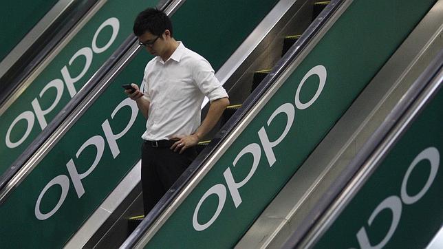 Taiwán quiere multar a los peatones que caminen sin despegar la vista del móvil