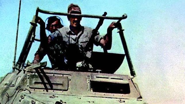 Un vehículo blindado del «Africa Korps» avanza por el desierto líbico