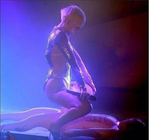Miley Cyrus sobrepasa la línea de la provocación en sus conciertos