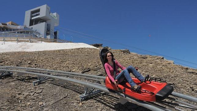 Alpine Coaster, junto a la estación, diseñada por el arquitecto Mario Botta