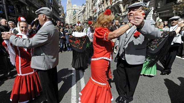 Los madrileños se lanzan a las calles a bailar el chotis vestidos de chulapos