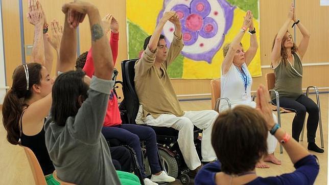 Los alumnos del curso de yoga adaptado en plena sesión