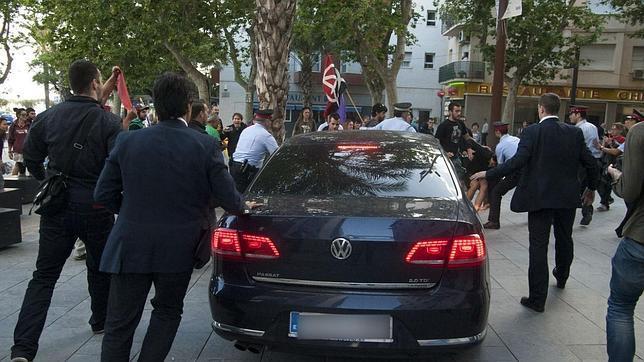 Policias escoltan el coche del ministro Montoro tras el incidente