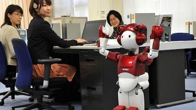 EMIEW2: crean un robot que cuenta chistes