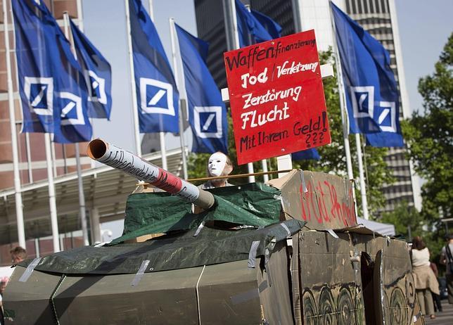 Manifestantes «antisistema» asaltan la junta de accionistas del Deutsche Bank