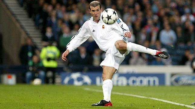 Zidane, justo en el momento de llevar a cabo la volea