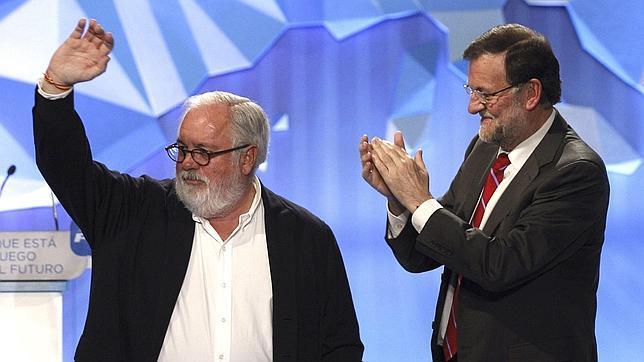 El presidente del Gobierno, Mariano Rajoy, y su hasta ahora ministro más valorado, durante el mitin de cierre de campaña en Madrid, el pasado viernes