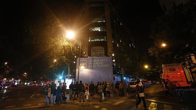 Sin balcón en Génova ni ovación en Ferraz, así ha terminado la noche electoral más fría