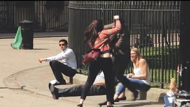 ¿Qué harías si vieras a una mujer pegando a un hombre en la calle?