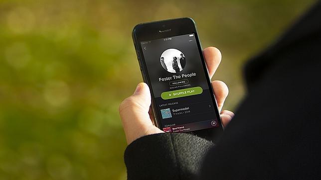 Un usuario usa Spotify en su móvil