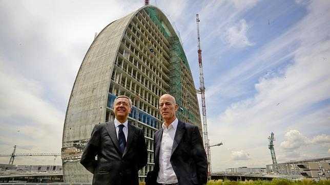 El urbanista suizo con J. I. Apoita, director de Recursos Humanos del BBVA frente a «La Vela»