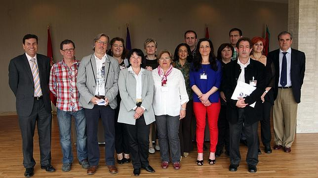 Los representantes de las asociaciones, con los grupos políticos, tras aprobarse la iniciativa en las Cortes