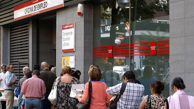 El paro cae en personas en el mayor descenso en un for Oficina empleo cantabria