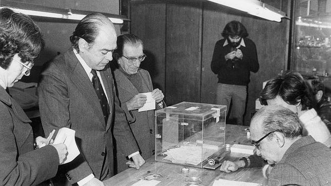 Jordi Pujol, votando en el referéndum de 1978. CiU también apoyó activamente la Constitución