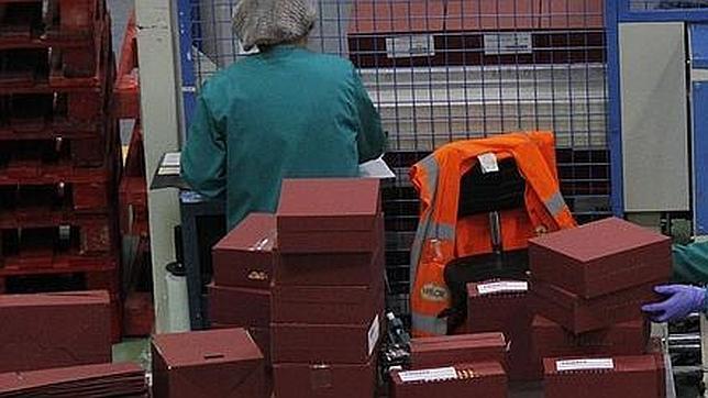 Trabajadores en una fábrica de zapatos