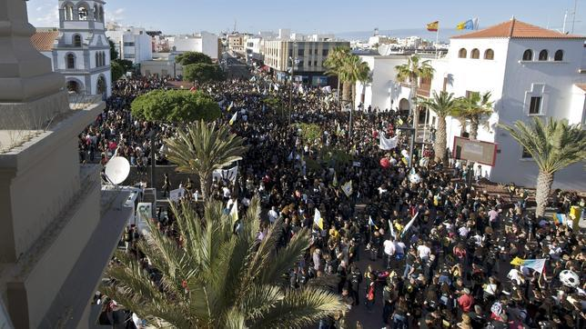 Miles de ciudadanos en Canarias muestran su rechazo a las prospecciones petrolíferas