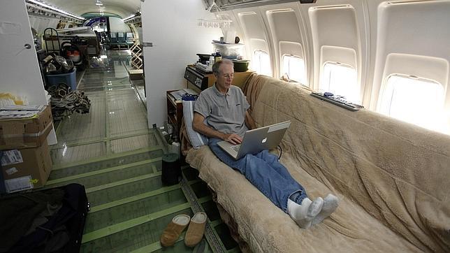 Un momento de relax tras años restaurando el avión