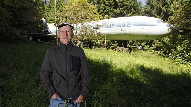 Bruce Campbell posa ante el avión que le sirve de hogar