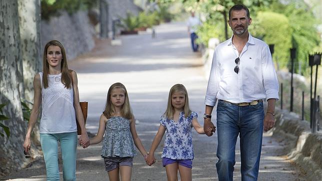 Don Felipe junto a Doña Letizia y las Infantas Leonor y Sofía, pasean por Mallorca