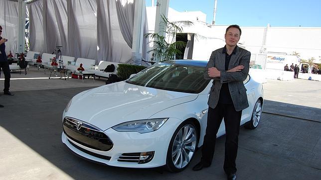 Misk junto a uno de los coches de Tesla Motors