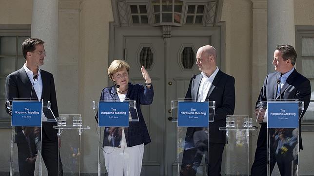 Merkel reitera su apoyo a Juncker frente a los tres opositores del luxemburgués